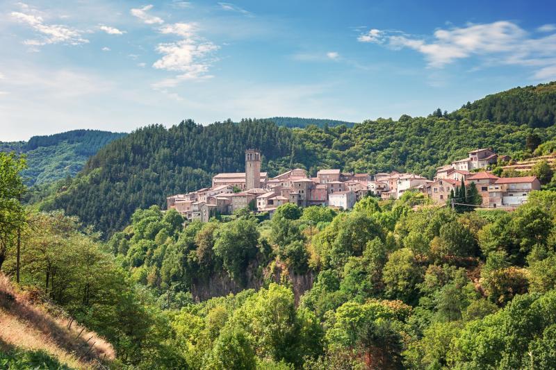 La nature ardéchoise sert de merveilleux écrin à d'innombrables villages médiévaux